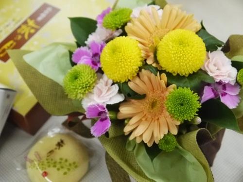敬老の日のプレゼントに・・・お月さまをイメージしたお花とスイーツのセット
